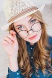 niebieska dziewczyna blondynki stanowi jedwabny nosi studio Fotografia Royalty Free