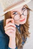 niebieska dziewczyna blondynki stanowi jedwabny nosi studio Zdjęcie Stock