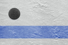 Niebieska linia i hokejowy krążek hokojowy Zdjęcia Royalty Free