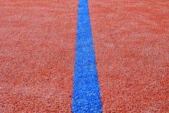 Niebieska linia na czerwonym placu zabaw kosmos kopii Sporta tło i tekstura zdjęcie stock