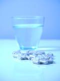 niebieska szklana pigułki wody Fotografia Royalty Free