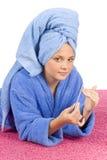 niebieska ubrany zgłoszenia szlafrok przybija ręcznikowych młodych kobiet Fotografia Royalty Free