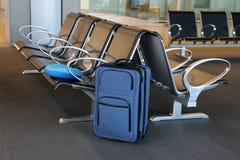 niebieska walizka zdjęcie royalty free