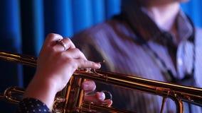 niebieski b palców zawodnika ogniska ton saksofonowa na trąbce Trąbkarz ręki bawić się mosiężnego muzycznego instrumentu zakończe fotografia stock