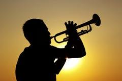 niebieski b palców zawodnika ogniska ton saksofonowa na trąbce Zdjęcia Royalty Free