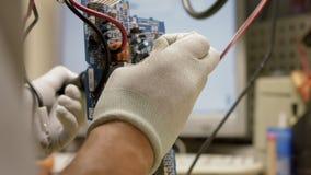 niebieski chip komputerowy odcień Mężczyzna ` s ręki lutu układu scalonego komputer zdjęcie wideo