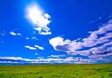 niebieski chmury pola zielone niebo białe Obraz Royalty Free