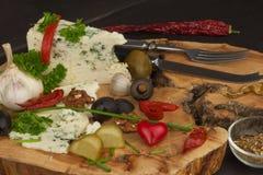 niebieski duński Błękitnego sera zakończenie up na starym drewnianym stole z pikantność Narządzanie karmowy błękitny ser Ser na k Zdjęcie Royalty Free