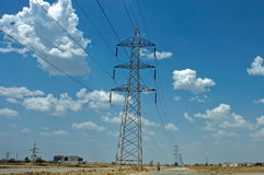 niebieski dużej mocy cable elektryczne napięcie niebo wieże Zdjęcie Royalty Free