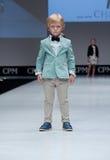 niebieski fotografa mody flash pokaz odcień Dzieciaki, chłopiec na podium Zdjęcie Stock
