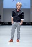niebieski fotografa mody flash pokaz odcień Dzieciaki, chłopiec na podium Zdjęcia Royalty Free