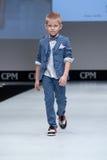 niebieski fotografa mody flash pokaz odcień Dzieciaki, chłopiec na podium Obrazy Stock