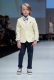 niebieski fotografa mody flash pokaz odcień Dzieciaki, chłopiec na podium Fotografia Stock