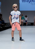 niebieski fotografa mody flash pokaz odcień Dzieciaki, chłopiec na podium Zdjęcie Royalty Free