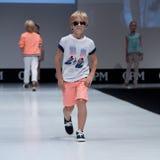 niebieski fotografa mody flash pokaz odcień Dzieciaki, chłopiec na podium Fotografia Royalty Free