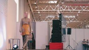 niebieski fotografa mody flash pokaz odcień Żeńscy modele w sukniach iść na wybiegu zbiory