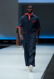niebieski fotografa mody flash pokaz odcień Mężczyzna na podium Fotografia Royalty Free