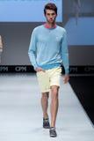 niebieski fotografa mody flash pokaz odcień Mężczyzna na podium Fotografia Stock