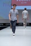 niebieski fotografa mody flash pokaz odcień Mężczyzna na podium Zdjęcie Stock