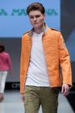 niebieski fotografa mody flash pokaz odcień Mężczyzna na podium Obraz Stock