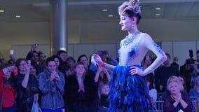 niebieski fotografa mody flash pokaz odcień modela pozy na wybiegu zbiory wideo