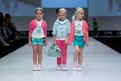 niebieski fotografa mody flash pokaz odcień Dzieciaki, dziewczyna na podium Obrazy Stock