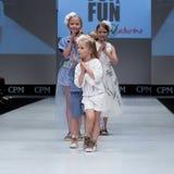 niebieski fotografa mody flash pokaz odcień Dzieciaki, dziewczyna na podium Obraz Stock