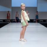 niebieski fotografa mody flash pokaz odcień Dzieciaki, dziewczyna na podium Fotografia Stock