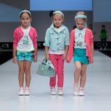 niebieski fotografa mody flash pokaz odcień Dzieciaki, dziewczyna na podium Zdjęcie Stock