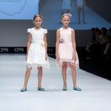 niebieski fotografa mody flash pokaz odcień Dzieciaki, dziewczyna na podium Fotografia Royalty Free