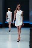 niebieski fotografa mody flash pokaz odcień Kobieta na podium Zdjęcie Stock