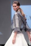 niebieski fotografa mody flash pokaz odcień Kobieta na podium Obrazy Royalty Free