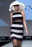 niebieski fotografa mody flash pokaz odcień Kobieta na podium Obraz Stock