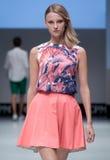 niebieski fotografa mody flash pokaz odcień Kobieta na podium Obrazy Stock
