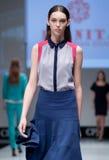 niebieski fotografa mody flash pokaz odcień Kobieta na podium Zdjęcia Stock