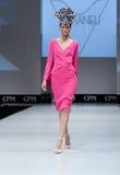 niebieski fotografa mody flash pokaz odcień Kobieta na podium Zdjęcie Royalty Free