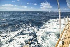 niebieski kolor ciemno losed regaty pożeglować victora sportowych płynie do nieba Morze macha za (z przestrzenią dla teksta lub l Obrazy Stock