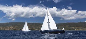 niebieski kolor ciemno losed regaty pożeglować victora sportowych płynie do nieba Rzędy luksusowi jachty przy marina dokiem Podró Fotografia Stock