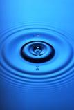 niebieski krople wody fale zdjęcie stock