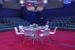 niebieski krzesło sali konferencyjnej stołu drewna obraz stock