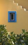 niebieski mur okna, żółty obraz stock