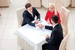 niebieski podpisania umowy zdjęciu ton Trzy pomyślny i ufny businesspeo Zdjęcia Royalty Free