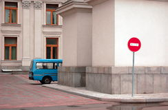 niebieski samochód na parkingu zdjęcia royalty free