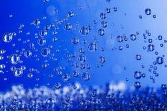 niebieski tła pęcherzyków woda w wannie Zdjęcia Stock