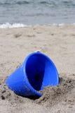 niebieski wiadro piasku plaży fotografia royalty free