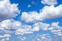 niebieski zachmurzone niebo fotografia stock