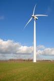 niebieski zachmurzone niebo trawy, turbiny wiatr Zdjęcie Stock