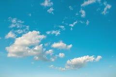 niebieski zachmurzone niebo w kontekście niebieskie chmury odpowiadają trawy zielone niebo białe wispy natury środowisko Obraz Stock