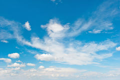 niebieski zachmurzone niebo w kontekście niebieskie chmury odpowiadają trawy zielone niebo białe wispy natury środowisko Obraz Royalty Free