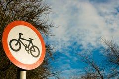 niebieski znaku na rowerze do nieba Fotografia Stock